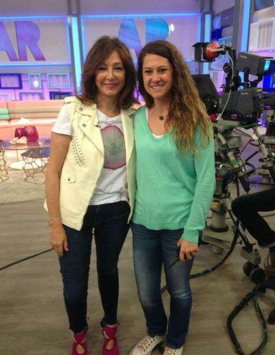 """Ana Rosa con camiseta Artee LeFugu - <a href=""""https://lefuguart.com/artee/"""" target=""""_blank"""">Ver camiseta</a>"""