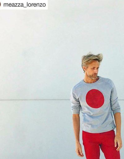 "Lorenzo Meazza con sudadera Red Dot - <a href=""https://lefuguart.com/sudaderas/sudadera-red-dot/"" target=""_blank"">Ver sudadera</a>"