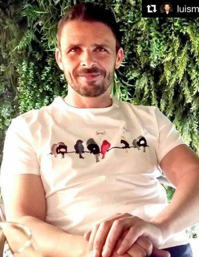 """Luis Mottola con camiseta Vinyl Birds - <a href=""""https://lefuguart.com/camisetas-hombre/camiseta-hombre-vinyl-birds/"""" target=""""_blank"""">Ver camiseta</a>"""